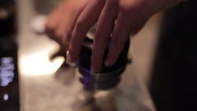 Barista die een portafilter met koffie houden en klaar voor het voorbereiden van espresso stock videobeelden