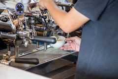 Barista die Koffie maakt Royalty-vrije Stock Afbeelding