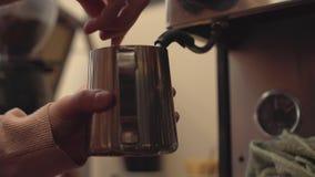 Barista die Koffie maakt stock videobeelden