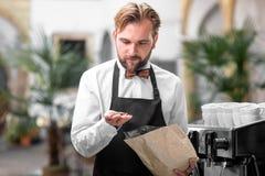 Barista die koffiebonen controleren bij de koffie Royalty-vrije Stock Foto's