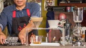 Barista die kop van koffie maken Stock Afbeelding