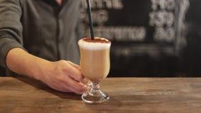 Barista die kop van koffie neer op teller in een koffie zetten stock video