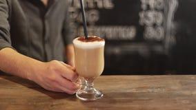 Barista die kop van koffie neer op teller in een koffie zetten stock footage