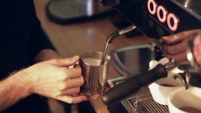 Barista die melk voor een latte of een cappuccino stomen stock footage