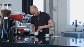 Barista dolewania kawa w białą filiżankę Fotografia Royalty Free