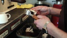 Barista drar av hållaren från kaffekakan lager videofilmer