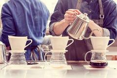 Barista druipende koffie Royalty-vrije Stock Foto's