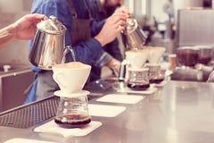 Barista druipende koffie stock foto's