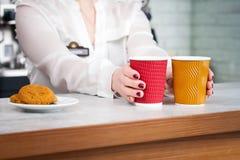 Barista e clienti femminili in un caffè Fotografia Stock
