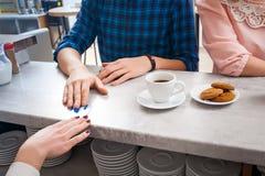 Barista e clienti femminili in un caffè Immagine Stock
