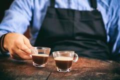 Barista e due tazze del caffè espresso Fotografie Stock Libere da Diritti