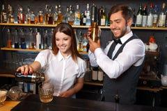 Barista e una cameriera di bar nella barra fotografie stock libere da diritti