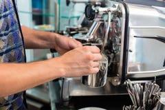 Barista en la barra del café o de café que prepara capuchino fotos de archivo