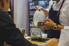 Barista está fazendo o café Para o cliente na loja foto de stock