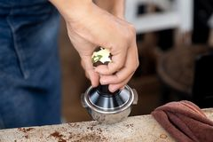 Barista está utilizando a un pisón de la prensa del café Fotografía de archivo libre de regalías
