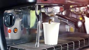 Barista förbereder nytt kaffe på en kaffemaskin i ett pappers- vitt exponeringsglas lager videofilmer