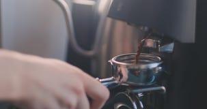 Barista f?rbereder jordning f?r dubblett som skjutas av espresso, kaffebegrepp Kaffe fifflar arkivfilmer