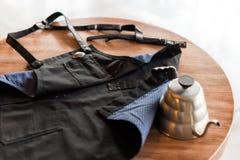Barista fartuch na stole w cukiernianym czekaniu dla swój właściciela Produkt fotografia Kawowy przygotowanie usługa pojęcie fotografia stock