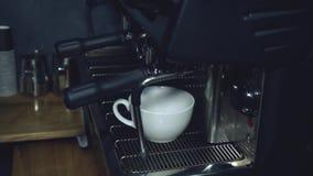 Barista faz o café video estoque