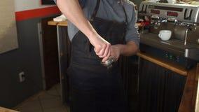 Barista faz o café no café Café da imprensa de Barista com a calcadeira no portafilter filme