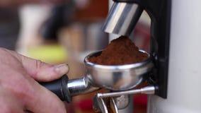 Barista faz o caf? O empregado de bar novo fabrica cerveja o caf? na m?quina do caf? vídeos de arquivo