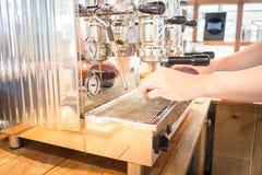 Barista faz o tiro do café na máquina do café Fotografia de Stock Royalty Free