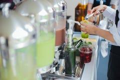 Barista faz a soda das bebidas e a maçã do verde serviu em um copo plástico Para o tratamento da sa?de foto de stock royalty free