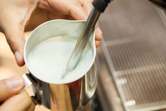 Barista faz um cappuccino ou um latte que cozinham e que espumam o leite Imagem de Stock