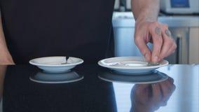 Barista felice che offre due tazze di caffè alla macchina fotografica in un caffè Immagini Stock Libere da Diritti