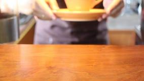 Barista femenino In Cafe Shop que sirve una taza de café metrajes