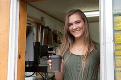 Barista femminile al caffè del caffè espresso dell'isola, Kodiak immagine stock libera da diritti