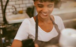 Barista femminile che produce caff? fotografie stock libere da diritti