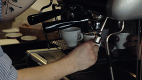 Barista gör espresso i cafeteria Närbild lager videofilmer