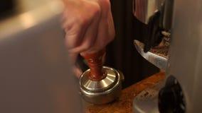 Barista gör espresso i kafé r arkivfilmer
