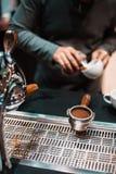 Barista gör kaffe royaltyfria bilder