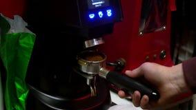 Barista gör kaffe Den unga bartendern bryggar kaffe på kaffemaskinen långsam rörelse Plugghästkaffe Närbild stock video