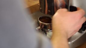Barista giet grondkoffie in portafilter Close-up van barista malende koffie stock footage