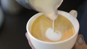 Barista giet verse melk in koffie cappuccino stock video