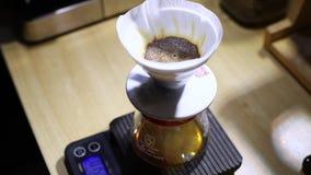 Barista giet water in de filter met koffie, brouwend koffie