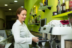 Barista girl making coffee in cafe Royalty Free Stock Photography