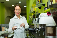 Barista girl making coffee in cafe Royalty Free Stock Photos