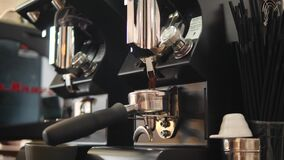 Barista Grinding Coffee Beans en la amoladora profesional Machine 4K, a cámara lenta metrajes