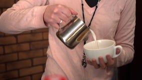 Barista häller kaffe in i det stort rånar Arkivbild