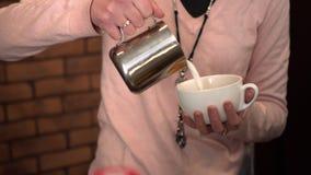 Barista häller kaffe in i det stort rånar Royaltyfri Foto
