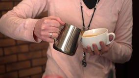 Barista häller kaffe in i det stort rånar Royaltyfria Foton