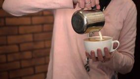 Barista häller kaffe in i det stort rånar Royaltyfria Bilder