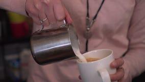 Barista häller kaffe in i en råna Royaltyfria Bilder