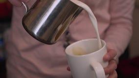 Barista häller kaffe in i en råna Royaltyfri Foto