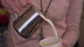 Barista häller kaffe in i en råna Arkivfoton