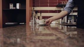Barista händer ger en kopp Händer för ung man tar a arkivfilmer